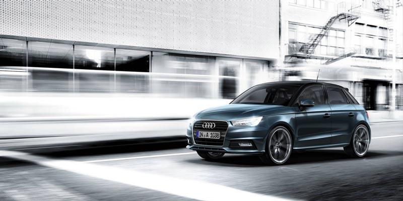 Audi ai sportback en marcha con un fondo de ciudad en blanco y negro