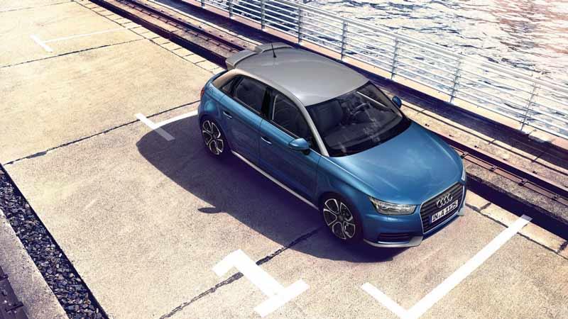 Audi ai sportback en azul y aparcado al lado del mar o un río