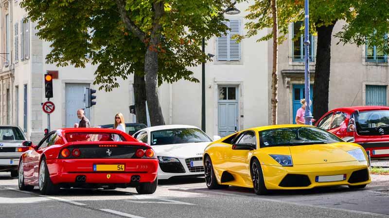 Lamborghini y Ferrari en la calle- vehículos radiocontrol