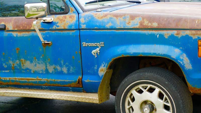 Corrosión y óxido en un coche azul