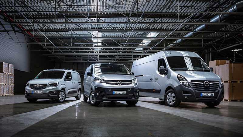 Modelos Opel Movano, Vivaro y Combo en una nave industrial
