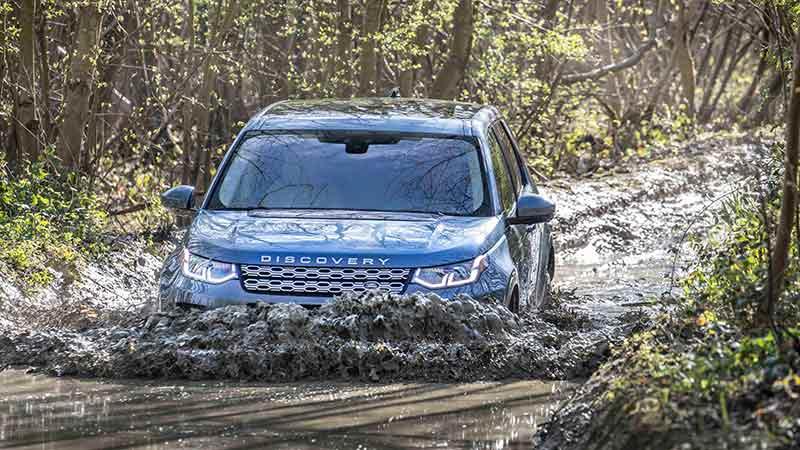 Land Rover Discovery Sport en color negro atravesando agua