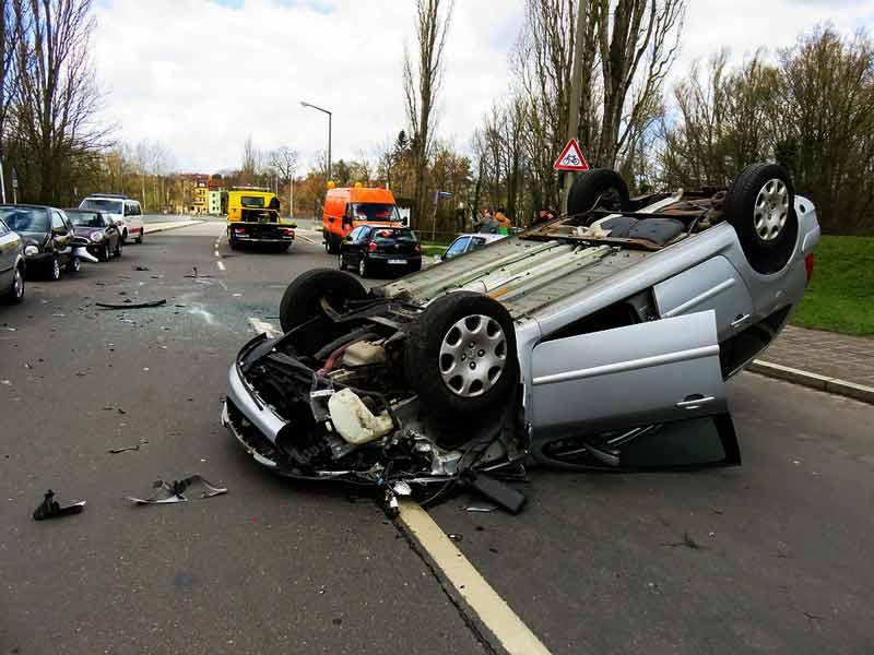 accidente de coche con un coche boca abajo