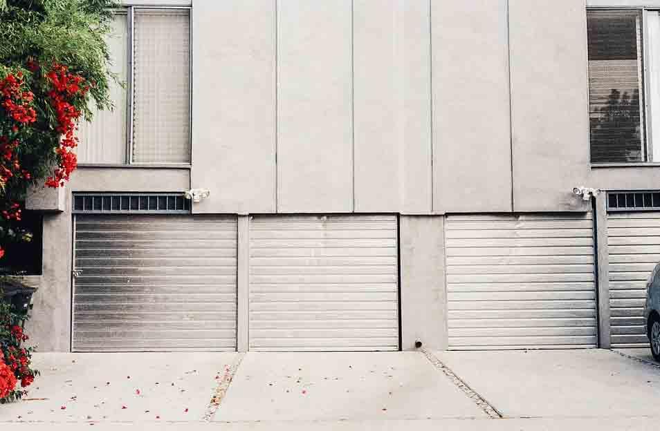 garajes en el exterior de un edificio gris